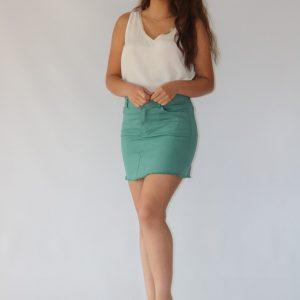 Falda corta verde ágata para mujer con un botón en la parte frontal