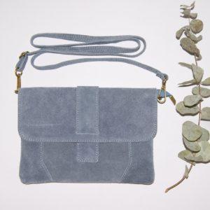 Bolso plano de ante con correa ajustable azul, cierre con solapa