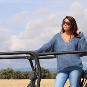 Jersey de punto azul mujer, de pico y nudo trasero.