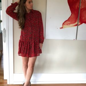 Vestido corto, estampado animal print rojo, con cuello y abotonado