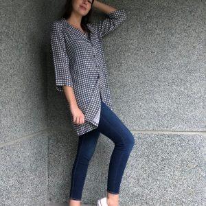 Camisa vichy larga, gris con escote de pico, abotonada